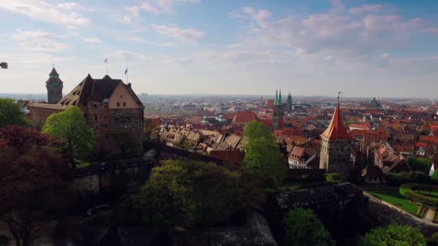 Luftbild Stadt mit einem Schloss in den Vordergrund und zeigt den Turm – Video