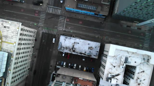 stockvideo's en b-roll-footage met aerial clip van downtown denver bij zonsopgang met wolkenkrabbers - twilight
