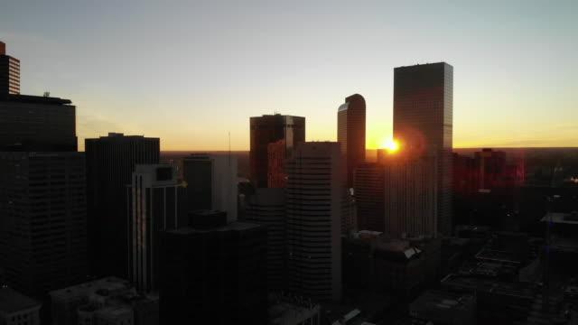 vídeos y material grabado en eventos de stock de clip aéreo del centro de denver al amanecer con rascacielos - drone footage