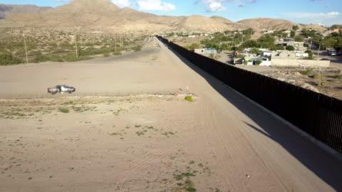 vídeos y material grabado en eventos de stock de clip aéreo del muro fronterizo estados unidos/méxico entre nuevo méxico y chihuahua - cultura estadounidense