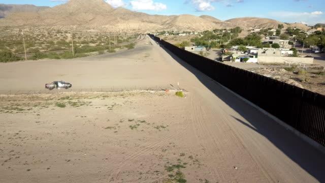 vídeos de stock, filmes e b-roll de grampo aéreo da parede da beira dos e.u./méxico entre novo méxico e chihuahua - cultura americana