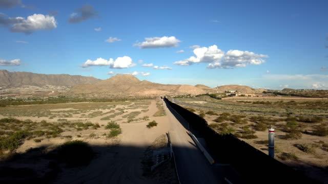ニューメキシコ州とチワワ州の間の米国/メキシコ国境の壁の航空クリップ - 壁点の映像素材/bロール