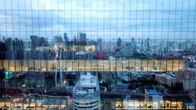 夜の空中の近くに超高層ビル - 緑 ビル点の映像素材/bロール