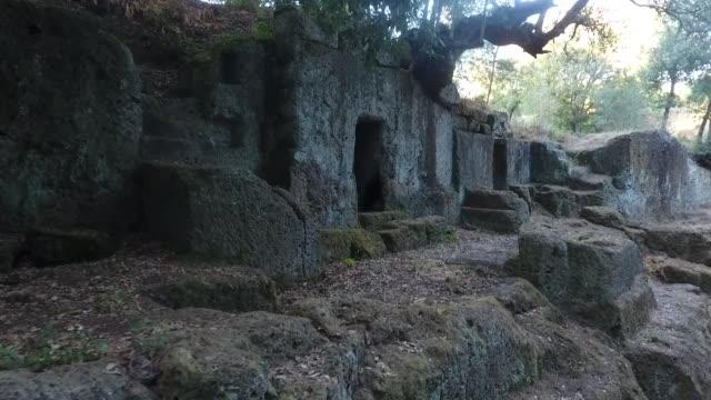 aerial närbild skott av etruskiska gravar av cerveteri, rom italien - ljus på grav bildbanksvideor och videomaterial från bakom kulisserna