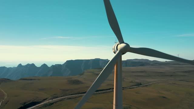 風力タービン発電機の空中クローズアップショット - オルタナティブカルチャー点の映像素材/bロール