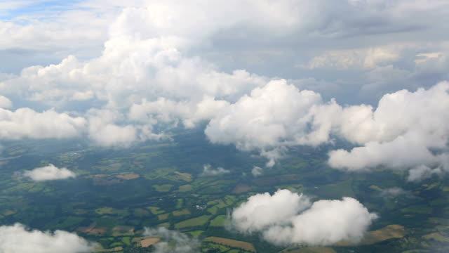 vídeos de stock e filmes b-roll de nuvens aérea - above the clouds