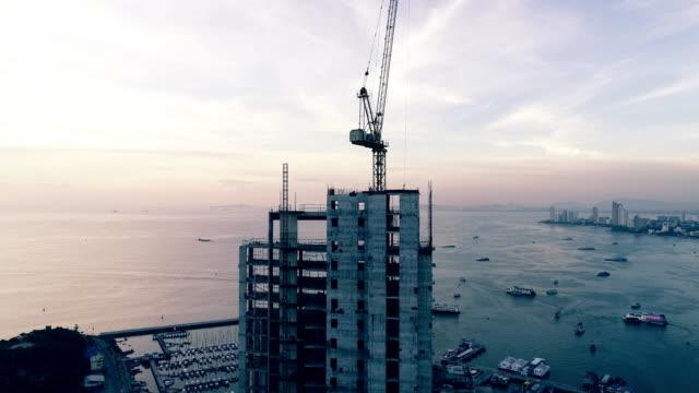 vídeos de stock, filmes e b-roll de aérea de construção site - operário de construção