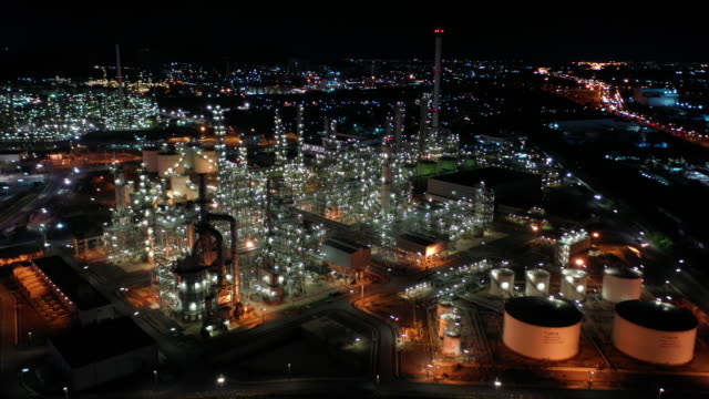 aerial dolly right of oil refinery industry real time - centrale elettrica video stock e b–roll