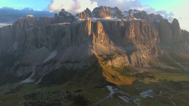 aerial: dolomites mountain at sunset - obiekt światowego dziedzictwa unesco filmów i materiałów b-roll