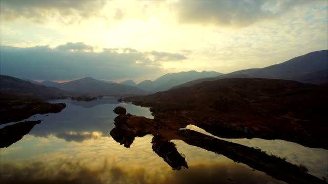 vidéos et rushes de vue aérienne fait des plans-séquences de sérénité sur le lac et les montagnes rocheuses - lac reflection lake