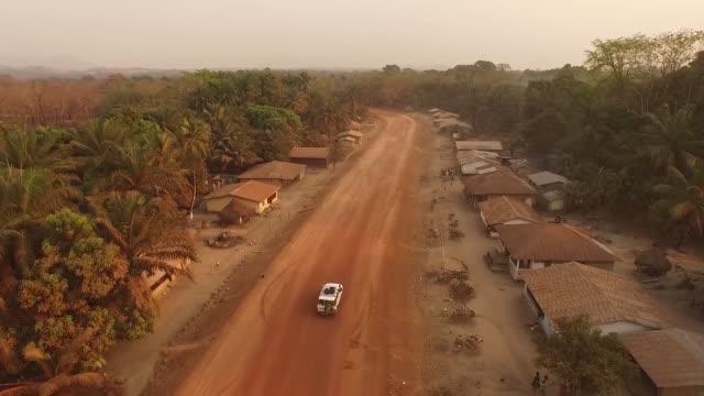 vídeos y material grabado en eventos de stock de unidad aérea a través del pueblo africano - aldea