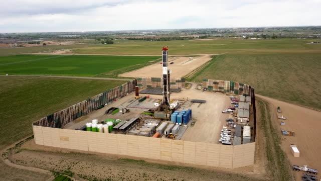 stockvideo's en b-roll-footage met luchtfoto drone clip van een fracking boor tuig op de oostelijke helling van colorado in de late lente - westelijke verenigde staten