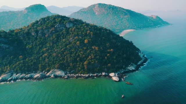 vidéos et rushes de vol du drone aérien sur jolie plage en thaïlande, hua hin beach. - mer d'andaman