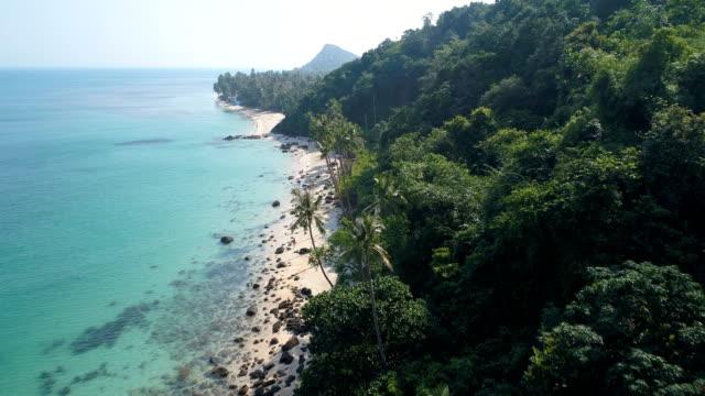 タイ、サムイ島の美しいビーチに空中ドローン フライト - サムイ島点の映像素材/bロール