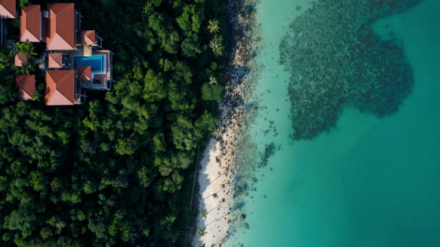 タイ、サムイ島の美しいビーチに空中ドローン フライト - 別荘点の映像素材/bロール