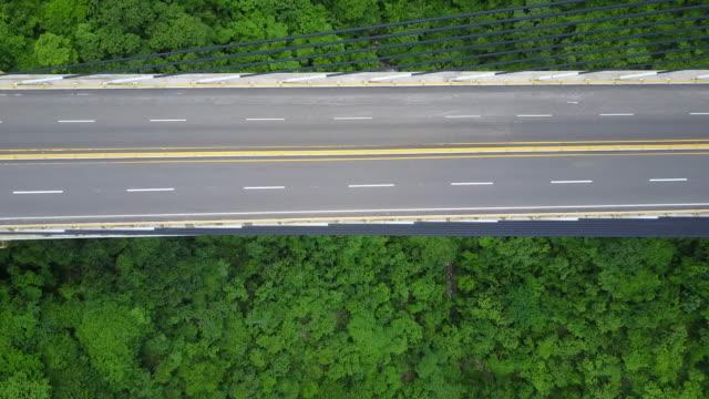 vidéos et rushes de images de drone aérien d'un pont au mexique - route surélevée