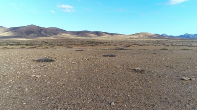 沙漠和藍天的襯托山的空中無人駕駛畫面 - 航拍 個影片檔及 b 捲影像