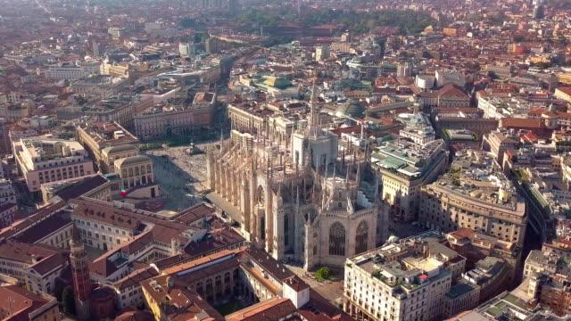stockvideo's en b-roll-footage met luchtfoto drone beelden van beroemde standbeeld van kathedraal duomo van milaan italië - bovenkleding