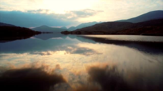 vidéos et rushes de vue aérienne de bourdonnement-séquences de survoler ondulé lac  - lac reflection lake
