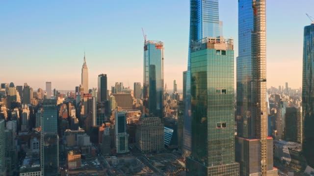 aerial drone footage of new york skyline - манхэттен стоковые видео и кадры b-roll