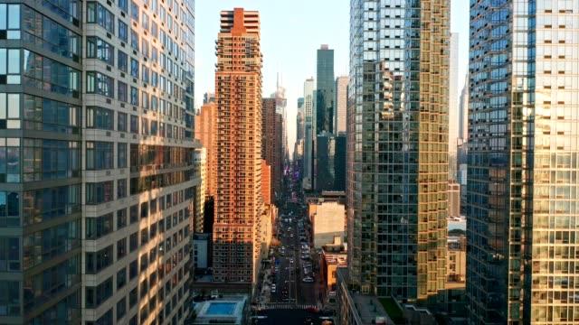 aerial drone footage of new york skyline - sezione superiore video stock e b–roll