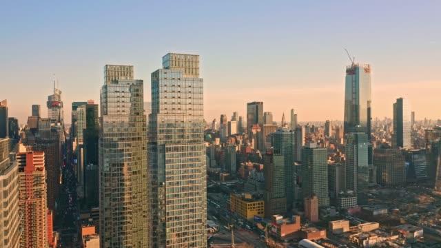 antenn drönare footage av new yorks skyline - panorering bildbanksvideor och videomaterial från bakom kulisserna