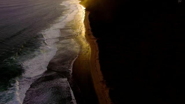 일몰에 해안 전에 깨고 파도의 공중 무인 항공기 영상. 발리, 인도네시아 - 무인항공기 스톡 비디오 및 b-롤 화면