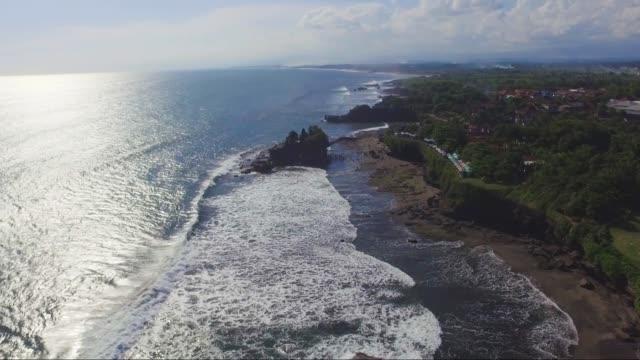 antenn drönare footage av pura tanahlot tempel på ön bali - 4 kilometer bildbanksvideor och videomaterial från bakom kulisserna