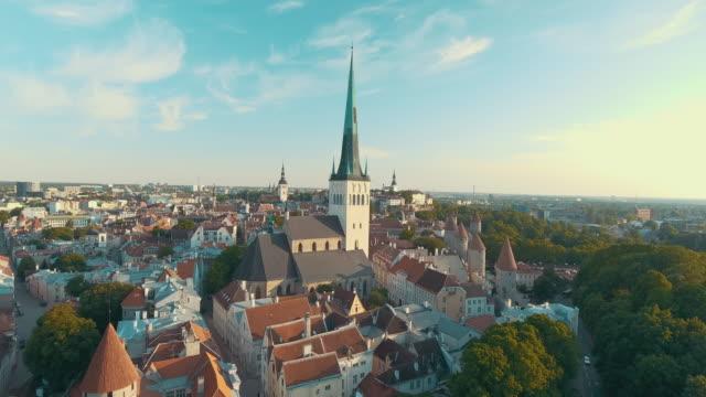 stockvideo's en b-roll-footage met luchtfoto drone beelden van de oude binnenstad van tallinn - estland