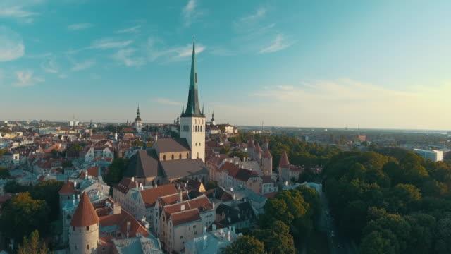 tallinn old town hava dron görüntüleri - estonya stok videoları ve detay görüntü çekimi