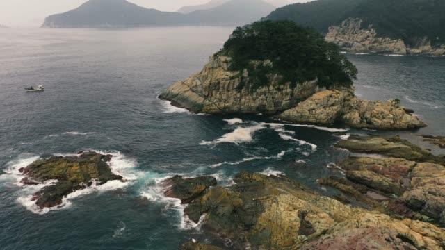 vídeos de stock, filmes e b-roll de 4k aerial drone imagens vista de um dia nebuloso no litoral. - coreia