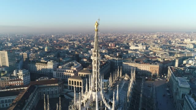 aerial drone footage view of cathedral duomo in milan - lombardia video stock e b–roll