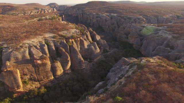 luftbild-drohne bilder der felsformationen, hochebenen und ebenen des brasilianischen serra da wasserschweine, archäologische komplexe semi-aride vegetation - hochplateau stock-videos und b-roll-filmmaterial