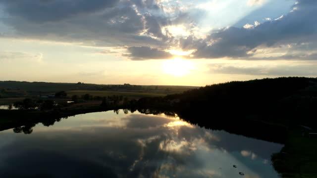 aerial drone lake sunset nature - park narodowy kanha filmów i materiałów b-roll