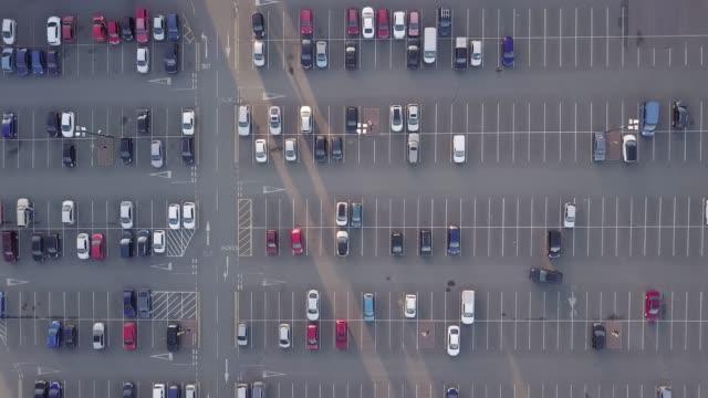 stockvideo's en b-roll-footage met luchtfoto drone levensstijl concept op zoek recht naar beneden zonder te verplaatsen, op een drukke parkeerplaats of parkeerplaats. - parkeren