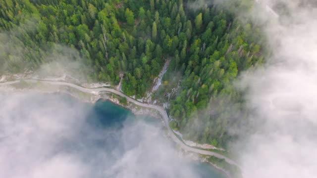 antenn drone film av soluppgång scen med morgondimma runt gosauseen lake, lysande morgon utsikt över österrikiska alperna, oberösterreich, europa - delstaten tyrolen bildbanksvideor och videomaterial från bakom kulisserna