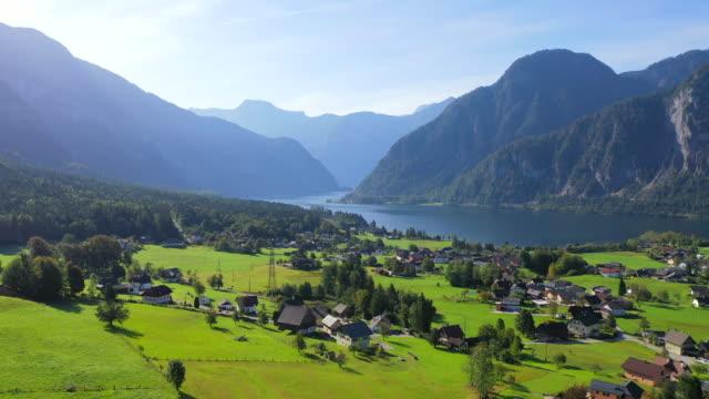 aerial drone film av byn, berg och sjö runt hallstatt village, österrikiska alperna, oberösterreich, europa - delstaten tyrolen bildbanksvideor och videomaterial från bakom kulisserna