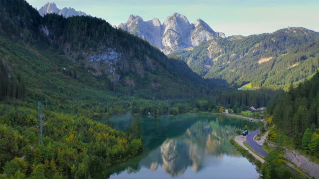 vídeos de stock, filmes e b-roll de filme aéreo drone de village, montanha e lago ao redor de hallstatt village, alpes austríacos, alta áustria, europa - áustria