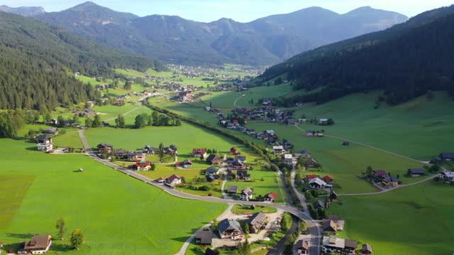 vídeos y material grabado en eventos de stock de aerial drone película de la aldea, montaña y lago alrededor de hallstatt village, alpes austriacos, alta austria, europa - austria