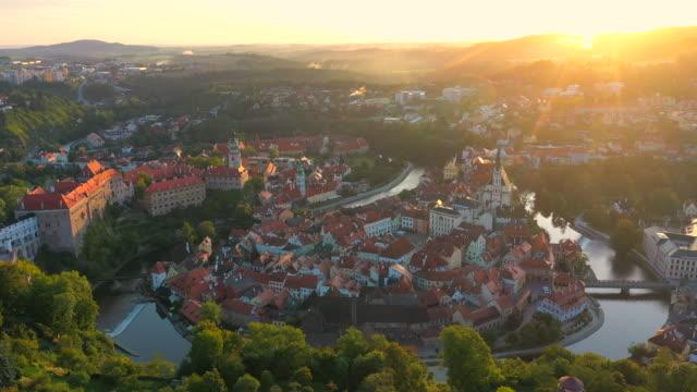空中ドローン映画サンライズシーン セスキー・クルムロフの旧市街、南ボヘミア、チェコ共和国 - チェコ共和国点の映像素材/bロール