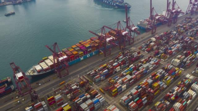 luft-drohnenszene bewegungs-zeitraffer-hyperlapse-versand am containerhafen - zeitraffer fast motion stock-videos und b-roll-filmmaterial