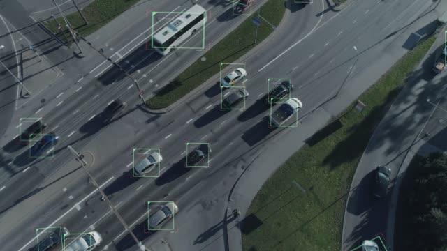 空中ドローン ショット: 自律的自己の都市高速道路で移動車を運転します。コンセプト: 人工知能は、車や歩行者、次の動きやデータ表示をスキャンします。 - センサー点の映像素材/bロール