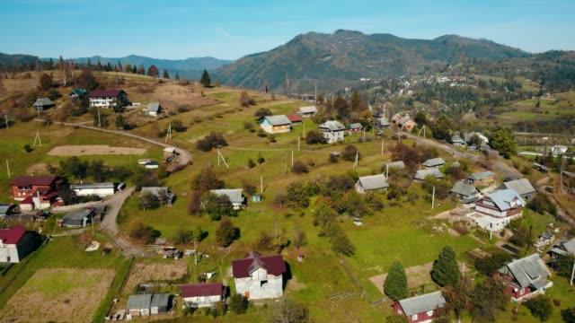 vídeos de stock, filmes e b-roll de aérea drone tiro campo - aldeia