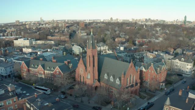 aerial drone shot crossing en gata mot en tegelsten kyrka i suburban boston - massachusetts bildbanksvideor och videomaterial från bakom kulisserna