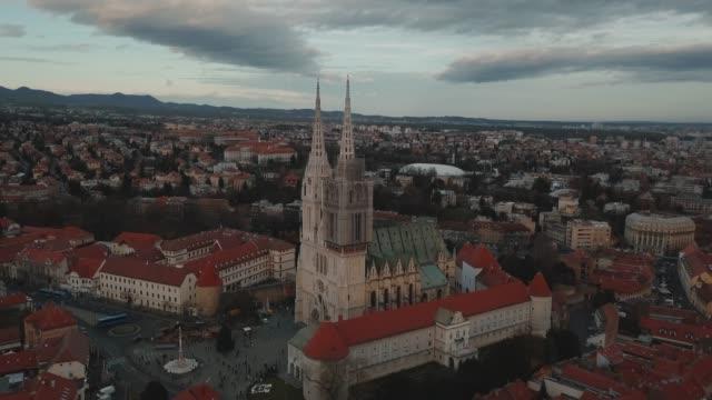aerial drone shot of a church in zagreb city center, croatia - хорватия стоковые видео и кадры b-roll