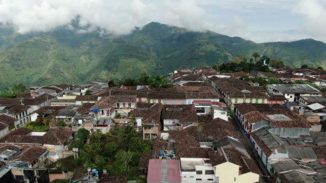 山頂の小さなコロンビアの村の空中ドローンショット - コロンビア点の映像素材/bロール