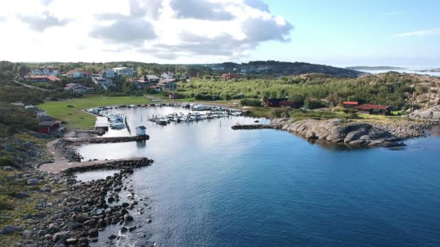 aerial drone skott av en liten småbåtshamn vid havskusten på västkusten i halland utanför göteborg. - gothenburg bildbanksvideor och videomaterial från bakom kulisserna