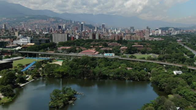 vídeos y material grabado en eventos de stock de disparo aéreo de drones de un tren que entra en una ciudad colombiana - colombia