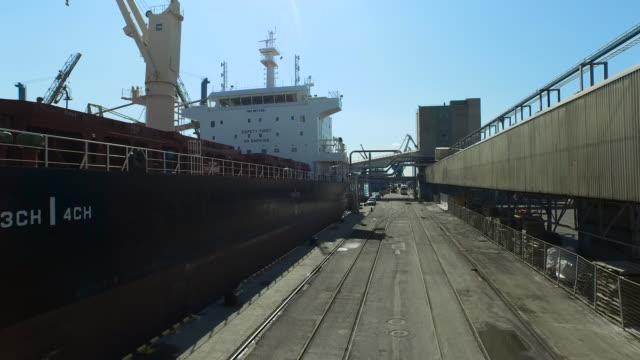 貨物港に大きな船の空中ドローン ショット - 石炭点の映像素材/bロール