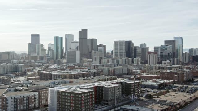 luftbild-drohne schuss von downtown denver an einem sonnigen tag - establishing shot stock-videos und b-roll-filmmaterial